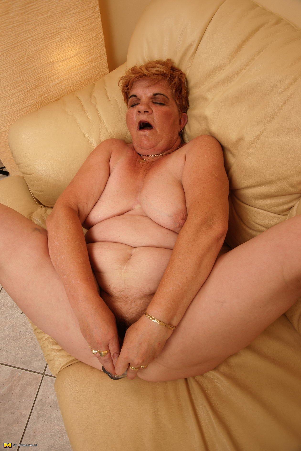 Пьяная старуха понюхала свои трусы и засунула в рыжую пиздень дилдо