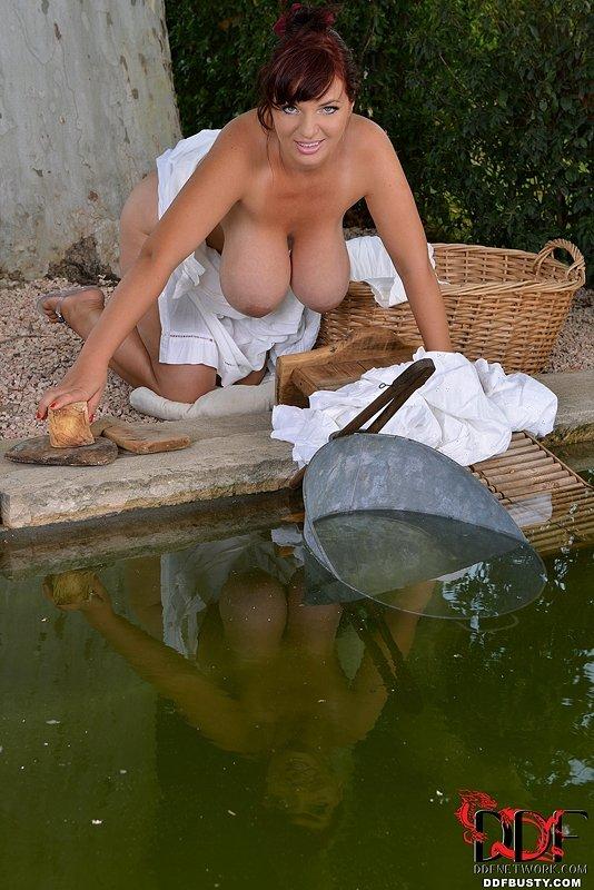 скорей голые девки стирают белье потом случилось
