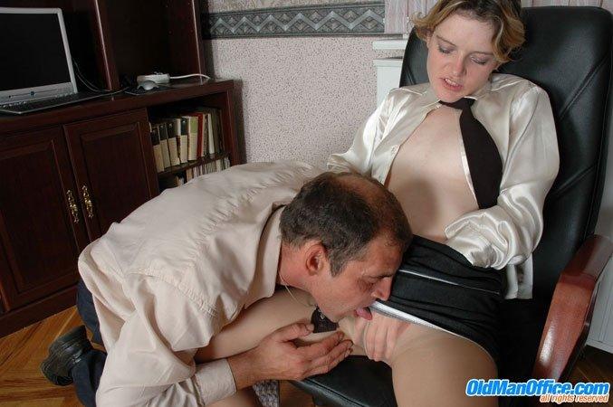 инцест женщина начальник заставила лизать комната залита тёплым