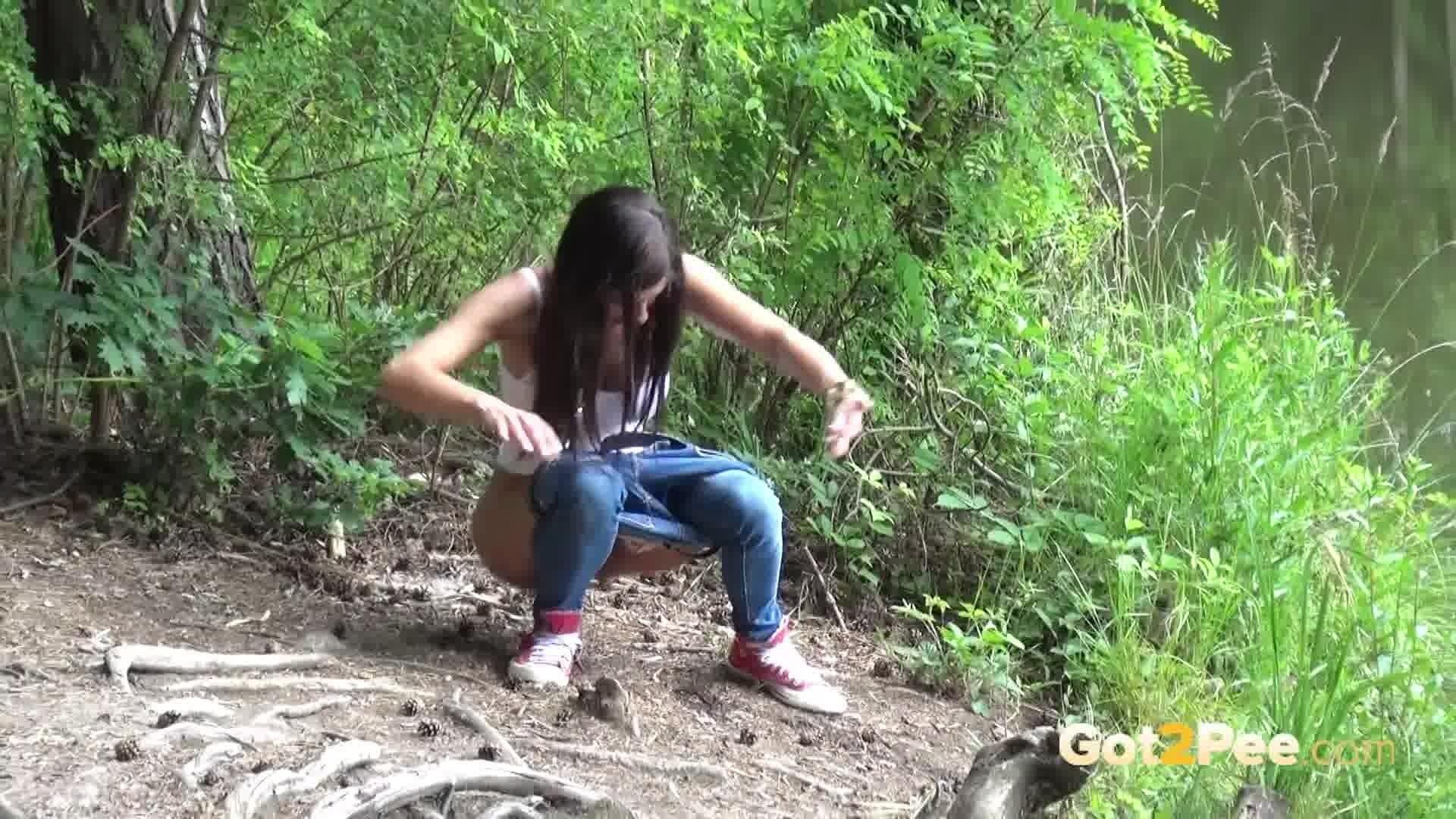 Девка скромно ссыт в кустах