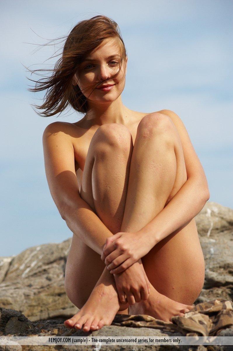 Девушка приехала на море с хорошо побритой пиздой