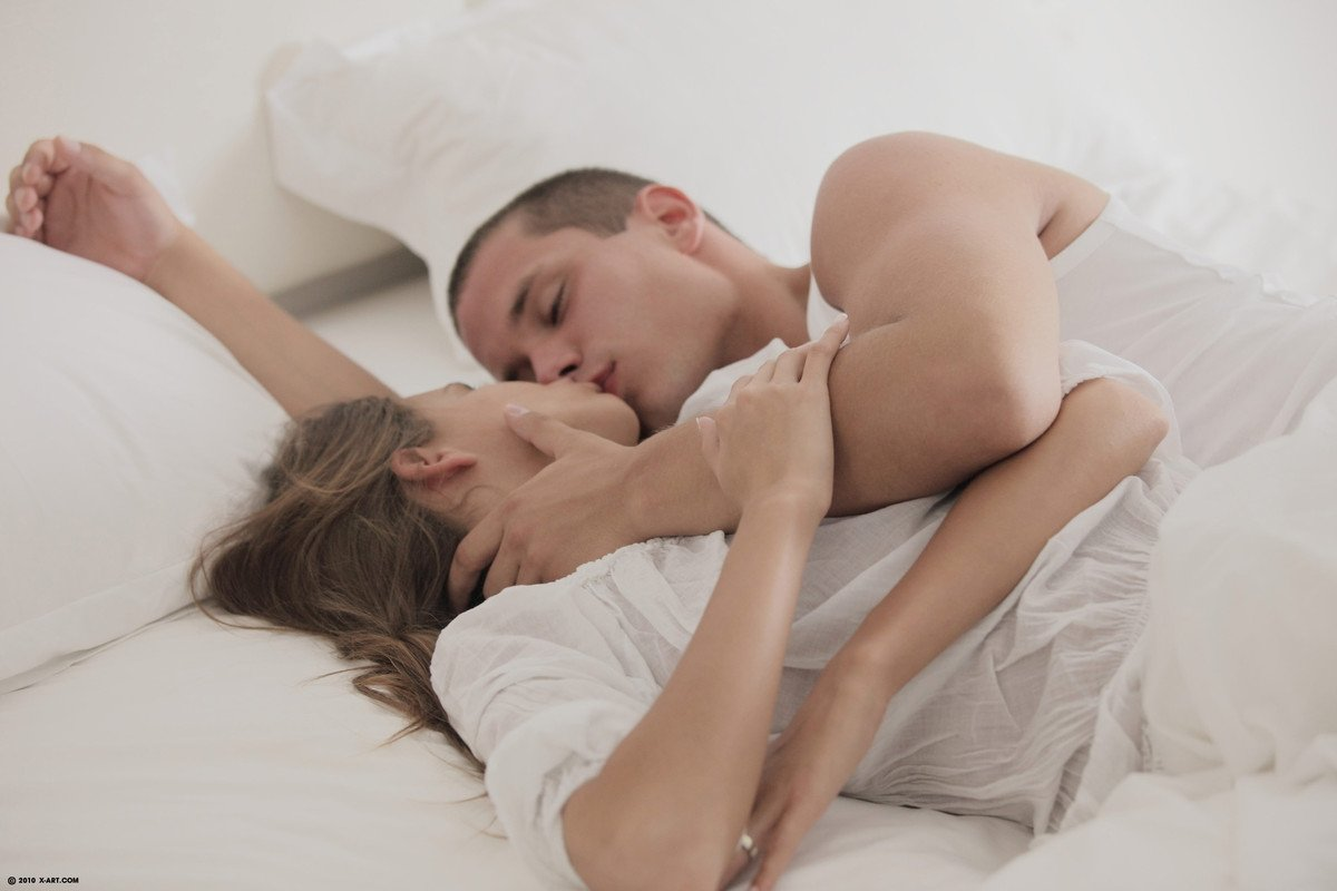 Разбудил подругу поцелуями и присунул ей