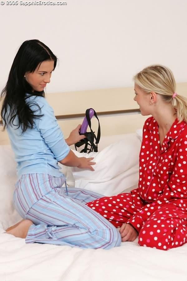 Подружка купила страпон, чем обрадовала свою любовницу