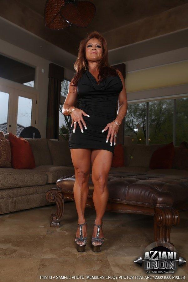 Мощная негритянская женщина занимается самоудовлетворением