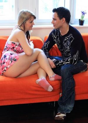 По дружески занялись сексом на красном диване