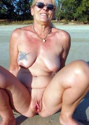 Пожилые и зрелые на пляже голышом