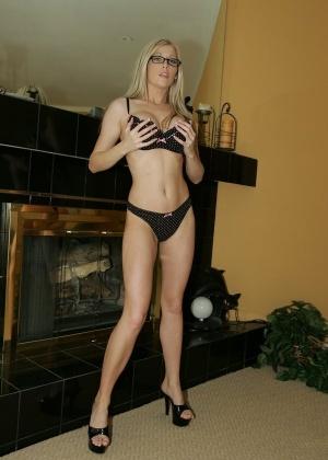 Длинноногая блондинка Michelle Barrett сняла нижнее белье и задирает ножки