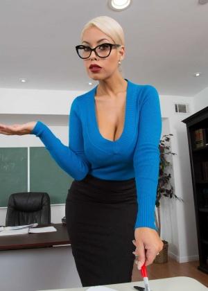 Коротковолосая блондинка секретарша ебется на работе