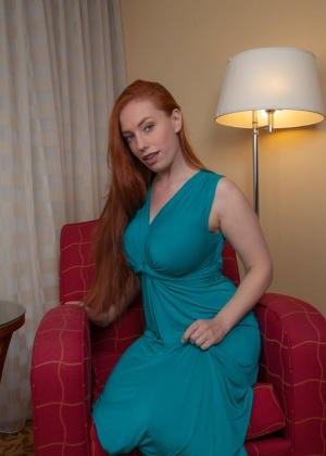 Рыжая Титания в зеленом платье