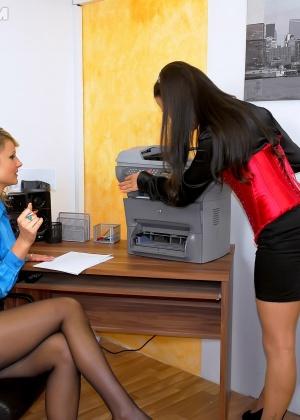Голые мужчины и женщины в одежде - Фото галерея 866005