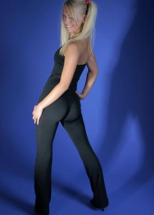 Блондинка в обтягивающем костюме для йоги