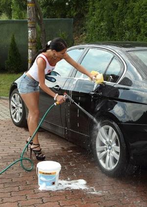 Вместо машины голая дама моет красивую киску из шланга