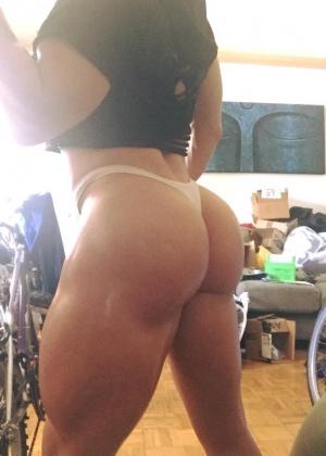 Женщины показывают мускулы