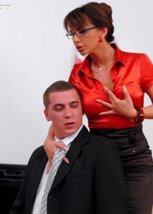 Зрелая директрисса подрочила и дала молодому сотруднику