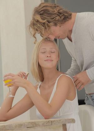 Нежно чпокнул блондинку и обкончал ей лобок