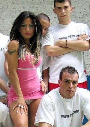 Группа парней жарит латинскую женщину