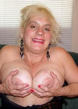 Голая пожилая блондинка в сапогах