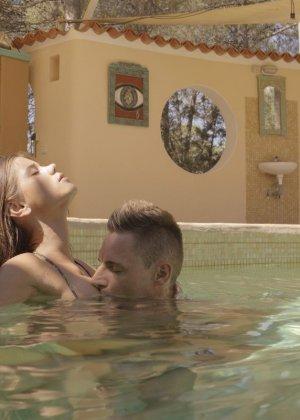 Парень дрюкает Кэприс возле бассейна