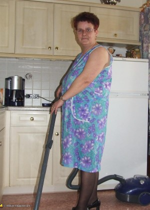 Пожилая домохозяйка во время уборки квартиры трахнулась с пылесосом