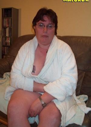 Толстячка с пирсингом на пизде пробует секс с дилдо и кабачком