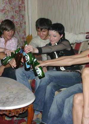 Пьяная деваха пососала у троих