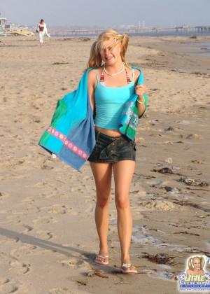 Молодая блондинка засветила маленькие сиськи на пляже