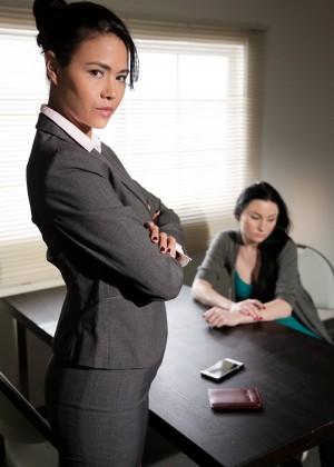 Зрелая начальница склонила к лесбийскому секу молодую сотрудницу прямо в кабинете