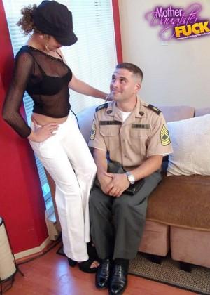 Секс втроем зрелых с молодыми - Фото галерея 104287