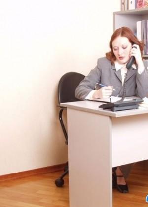 Рыжая секретарша трахается с пожилым боссом