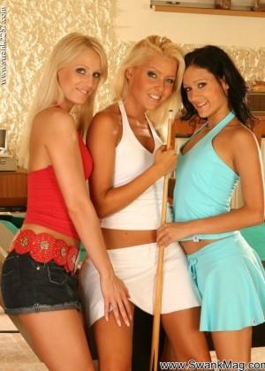 Три лесбиянки устроили секс на бильярдном столе