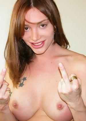 Знаменитый транс Mariana Cordoba трахает пальцем свой анус