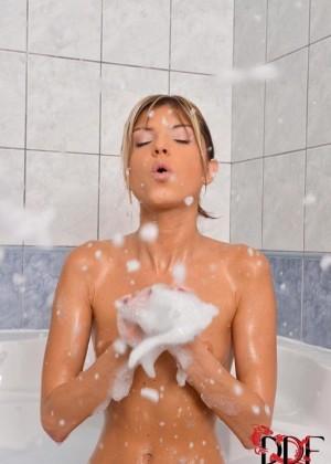 Худышка Gina Gerson трахнула себя в ванной зубной щеткой