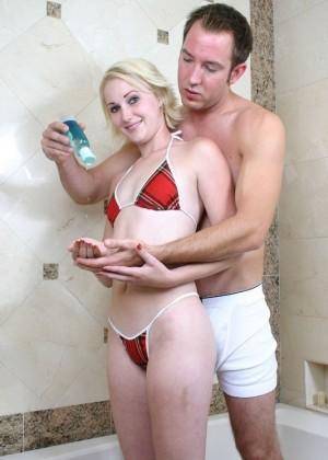 Оприходовал в ванной блондинку
