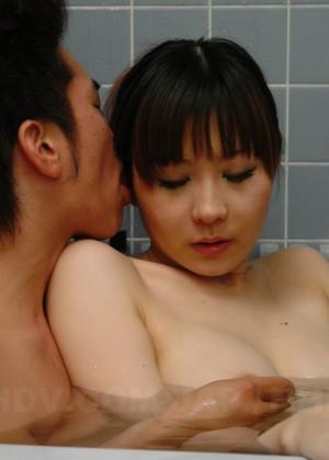 Азиаты моют волосню друг друга в душе