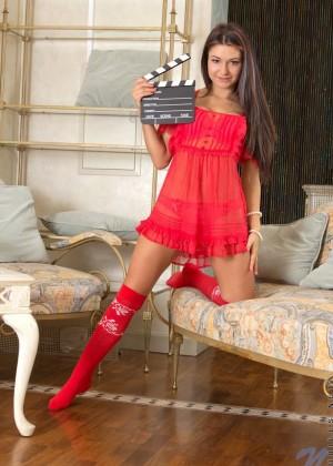 Симпа Cherry Brooks показывает бритую киску из под красного платья