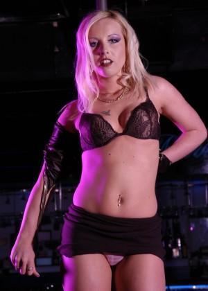 блондинка исполняет стриптиз у шеста