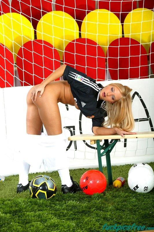 Немецкая футболистка разделась на поле