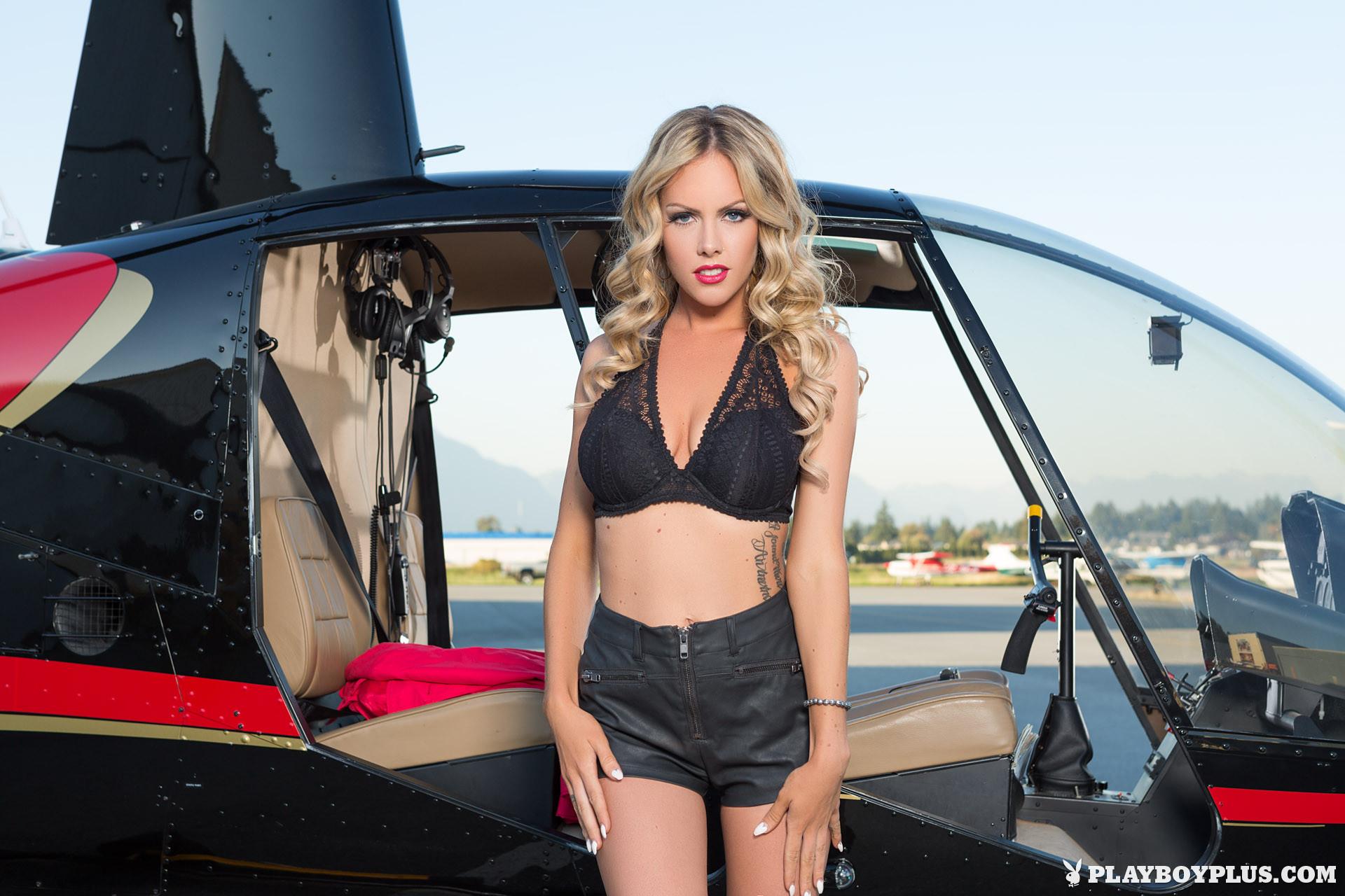 Канадская модель Хейди Мишель раздевается возле вертолета
