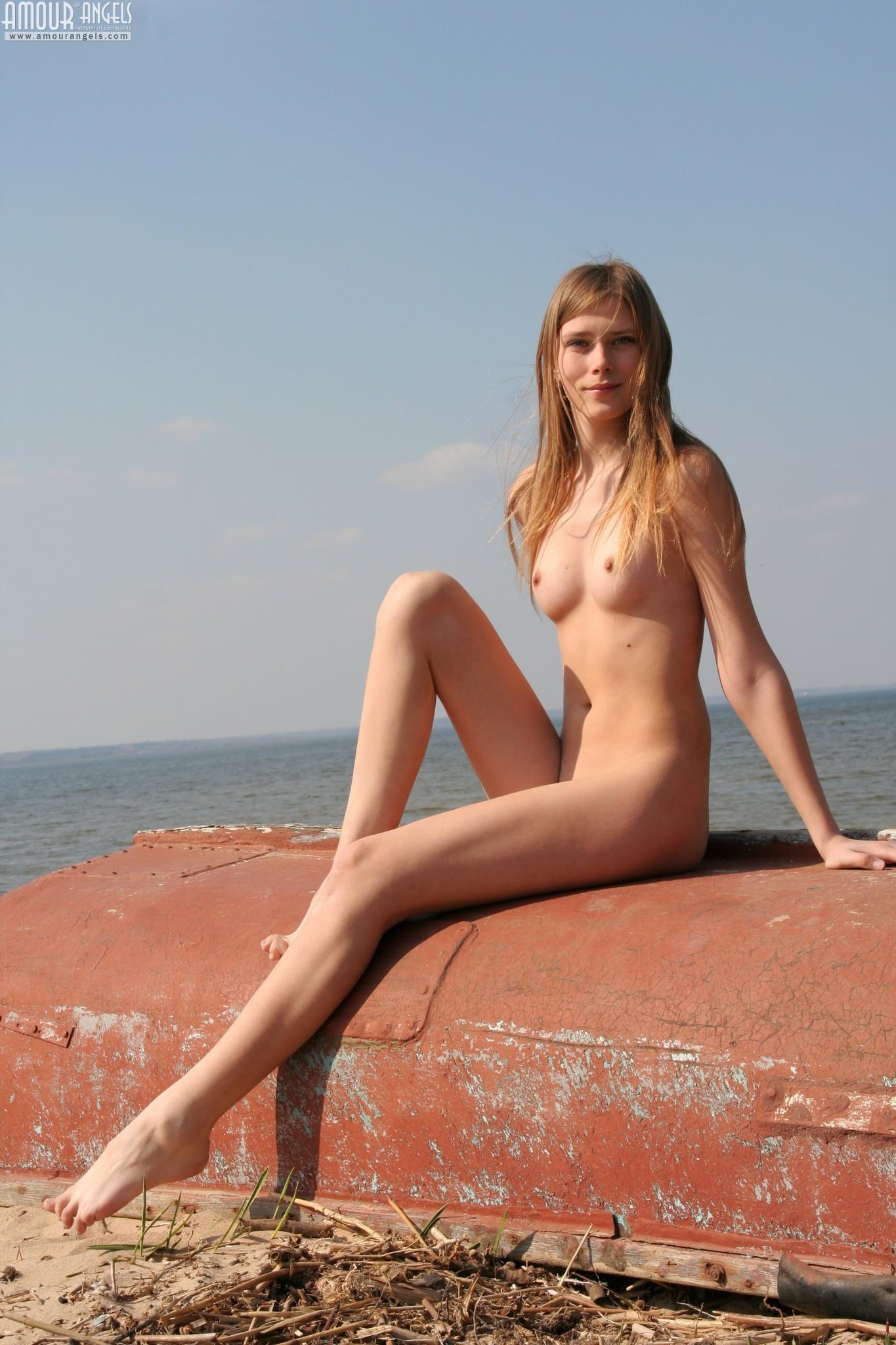 Голая украинская модель Олеся позирует в заброшенном доме и на пустом пляже