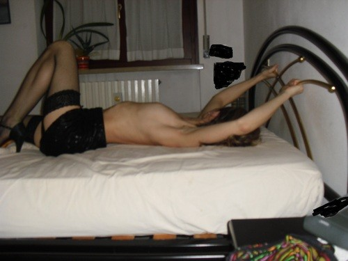 Худая хорватка позирует голая скрывая лицо