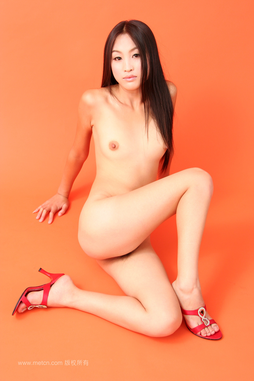 Обнаженная китаянка Fu H на оранжевом фоне