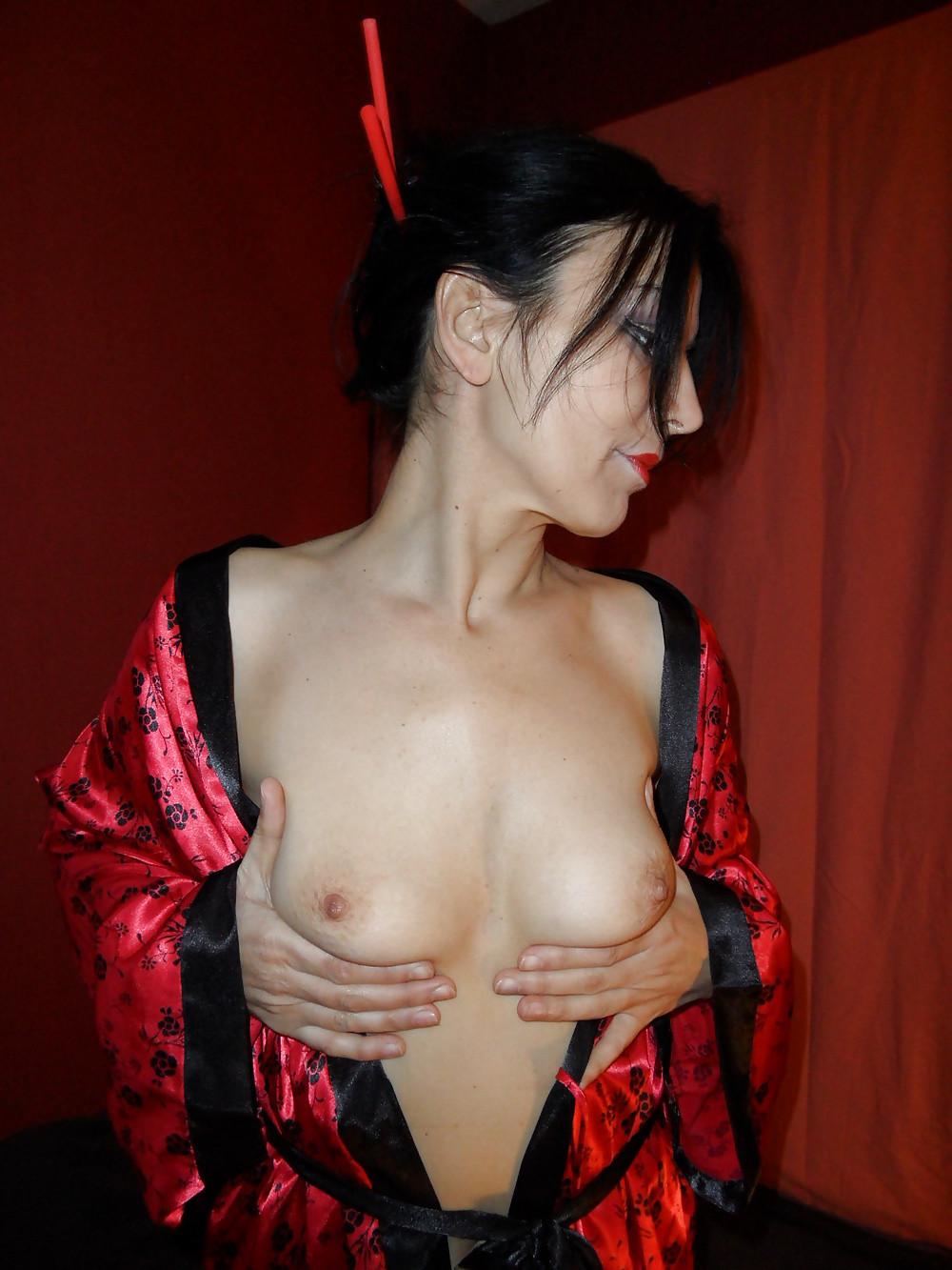 Зрелая метиска снимает кимоно