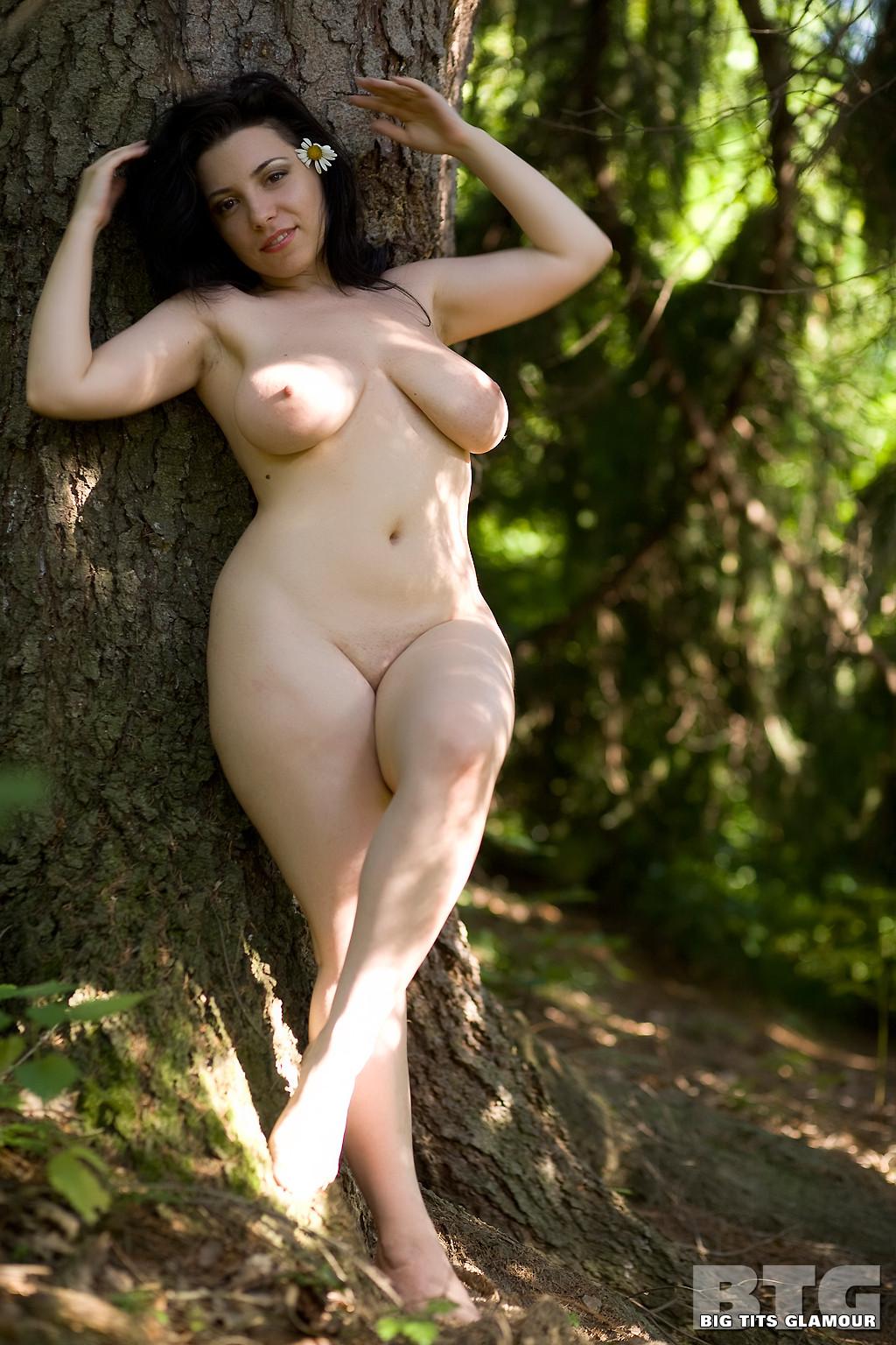 Красивая египтянка голая на природе