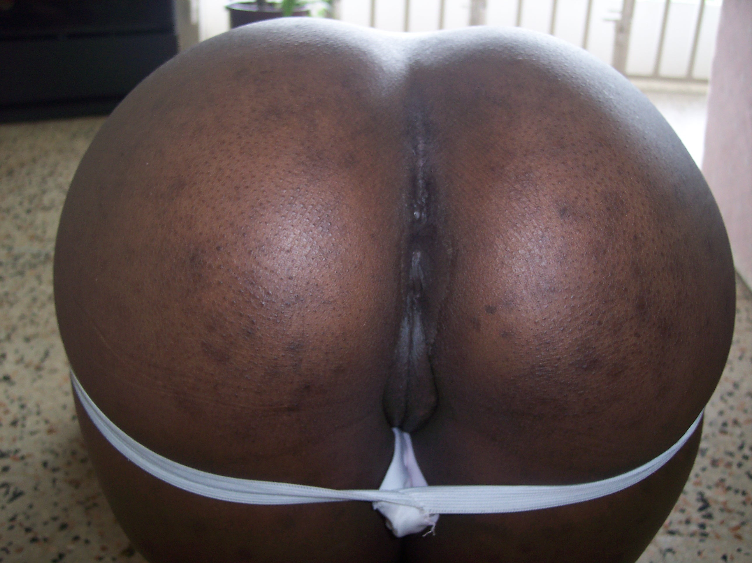 В узкий анус черной жопы ганской женщины безуспешно пытаются запихнуть разные предметы