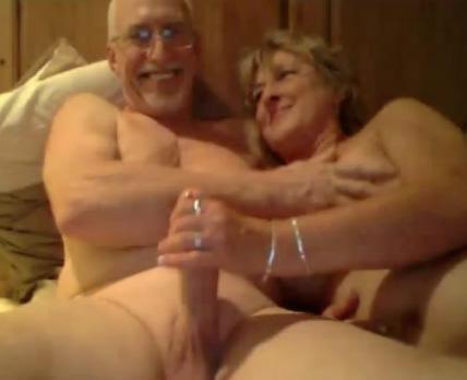 Пожилая пара занимается сексом