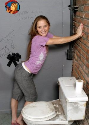 Плоская Эмма соснула хуйца негра в туалете