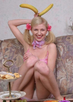Молодая голая блондинка кушает банан