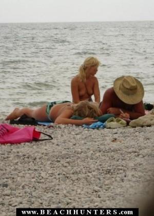 Семейные пары на нудистском пляже