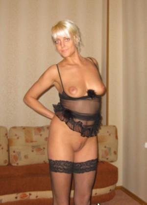 Белокурая русская женщина в чулках