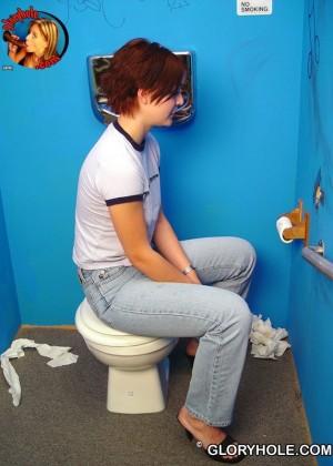 Увидев хуй через дырку в туалете, женщина не долго думала, сосать или не сосать его